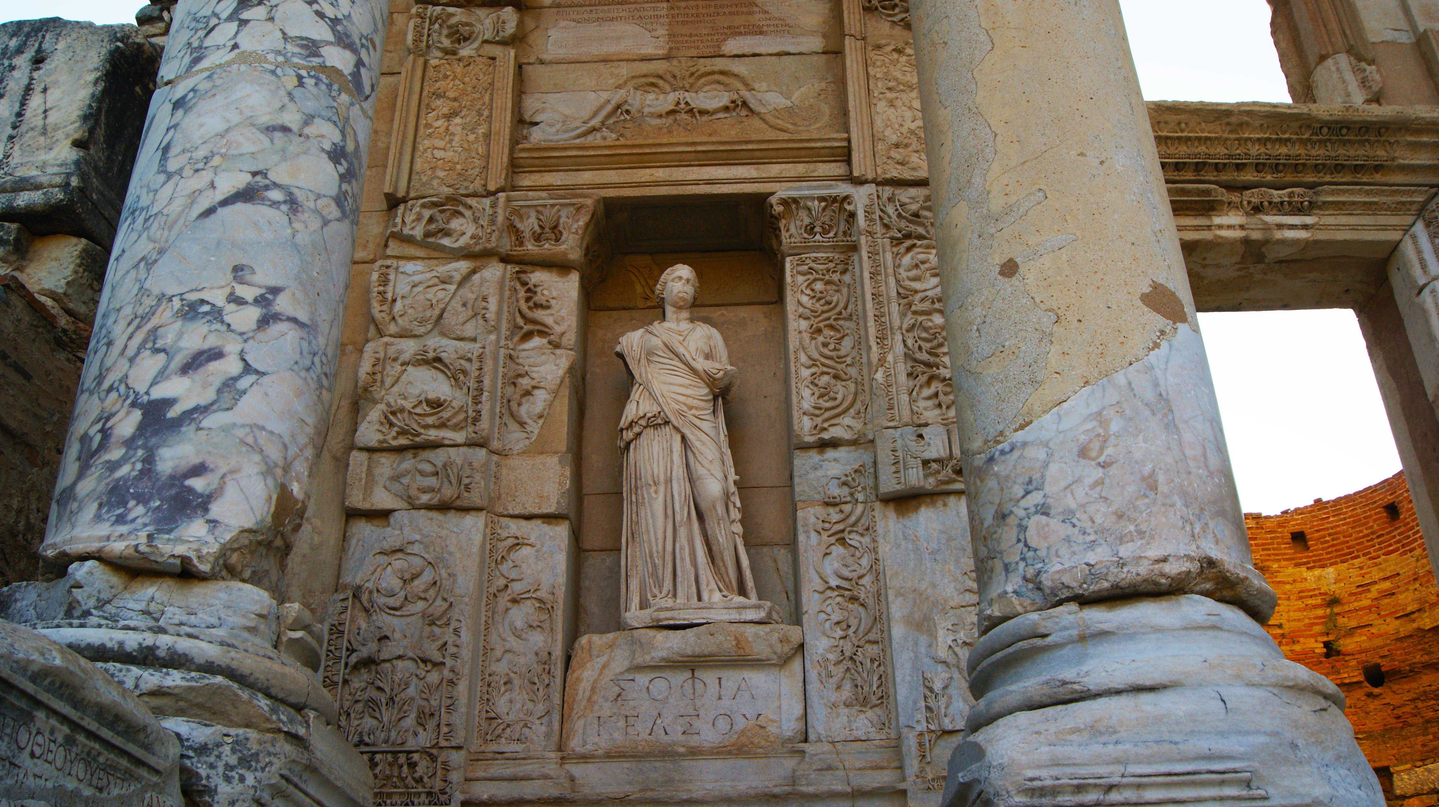 Türkiye'deki Efes antik şehri, Kelsos (Celsus) Kütüphanesi'nde bulunan Yunan bilgelik tanrıçası Sofia'nın heykeli..