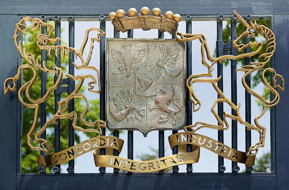 Rothschild Ailesi'nin kapısında yer alan amblem veslogan.